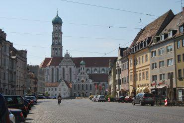 Kontakt Maximilianstraße in Augsburg mit Blick auf St. Ulrich